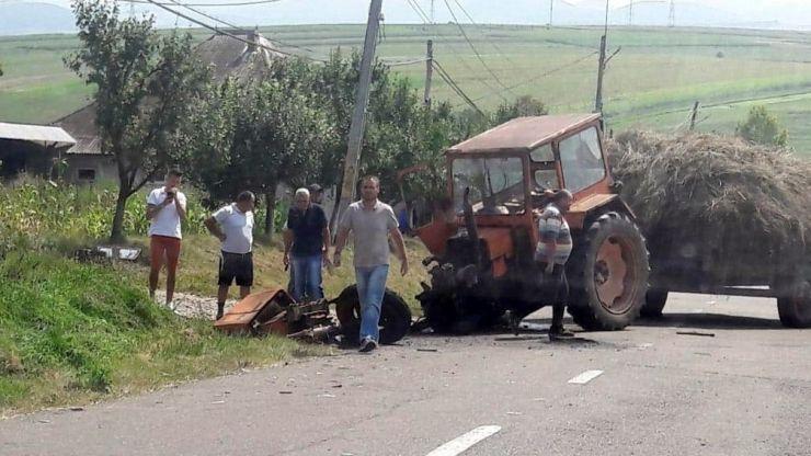 Accident în Pir. Un localnic a intrat cu tractorul în gardul unei case