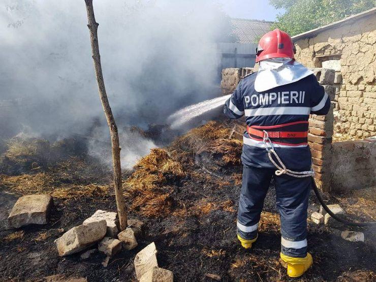 Incendiu de proporții în Botiz. Cauza probabilă, o țigară aprinsă aruncată la întâmplare