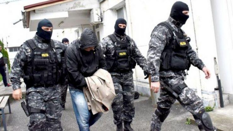 A amenințat cu un cuțit doi jandarmi, apoi a încercat să fugă din țară