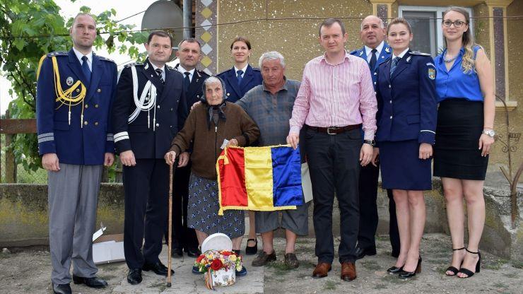 Cadar Maria din Ghilești a împlinit 100 de ani. Felicitată de structurile M.A.I.