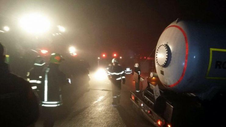 Cisternă răsturnată între localitățile Lazuri și Peleș. Au intervenit pompierii