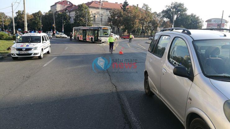 Un autobuz a intrat într-o mașină. O femeie a fost transportată la spital (foto)