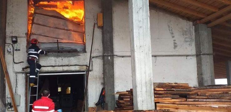 Incendiu la un atelier de tâmplărie din Balta Blondă
