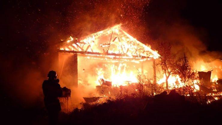 Incendiu de amploare la o casă din Sătmărel. Peste 15 pompierii s-au luptat patru ore cu flăcările