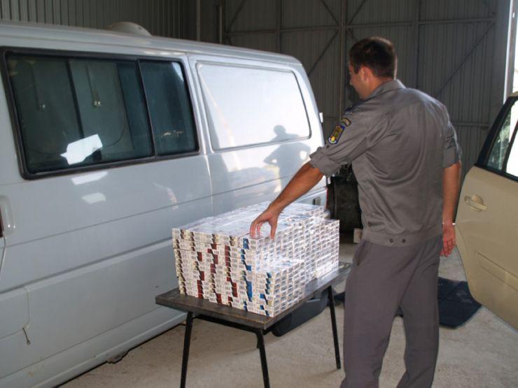 Peste 350 de pachete de țigări, confiscate. Acestea se aflau într-o mașină parcată lângă piață