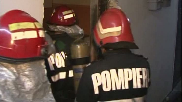 Patru persoane intoxicate, în urma unui incendiu izbucnit la o casă din Sătmărel