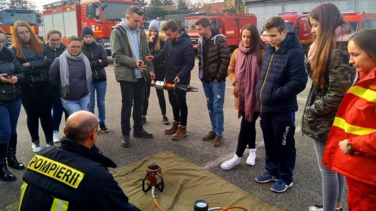16 tineri învață să salveze vieți, alături de pompierii din Satu Mare