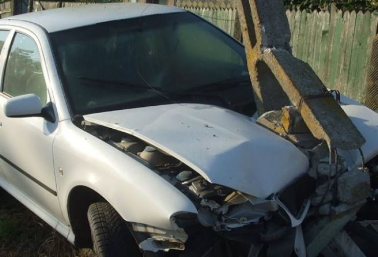 Un şofer băut a intrat cu maşina într-un stâlp
