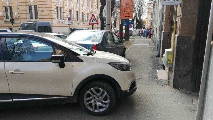 Veșnica problemă a mașinilor parcate... pe trotuar