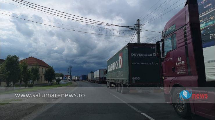 Aglomerație în vama Petea | Șoferii de camioane aşteaptă peste 180 de minute pentru a ieşi din ţară