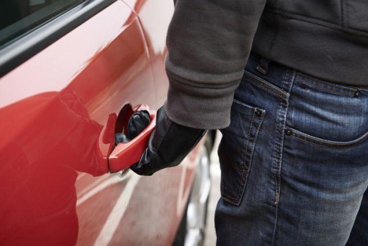 Doi tineri au fost prinși în timp ce încercau să fure o mașină