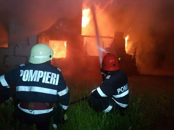 Incendiu cu risc de explozie la o casă de vacanță de pe raza municipiului Satu Mare