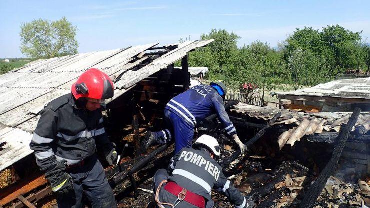 Incendiu de amploare cu pericol de explozie la o casă din Dumbrava
