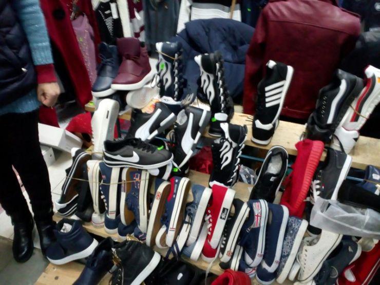 Sătmăreancă prinsă comercializând articole sportive contrafăcute