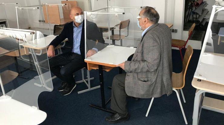 O firmă sătmăreană produce mobilier școlar adaptat la noile condiții impuse de criza sanitară