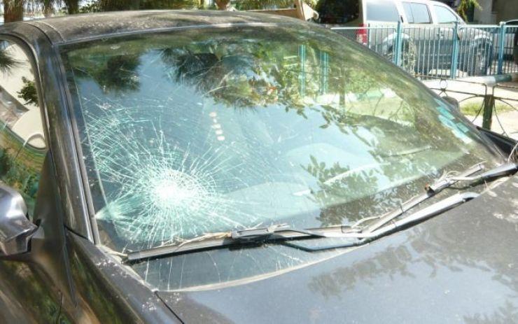 A distrus mașina cu un par