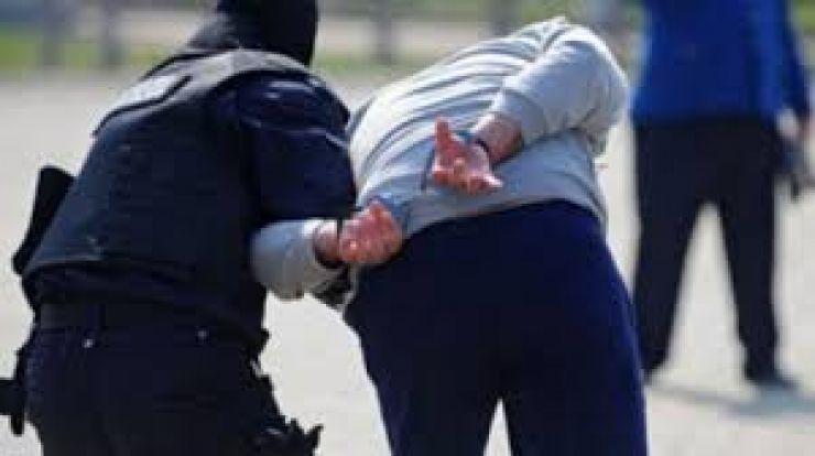 Polițist bătut de o femeie și fiii acesteia. Polițistul și-a scos certificat medico-legal