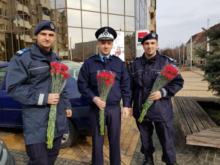 Flori pentru doamne şi domnişoare din partea jandarmilor