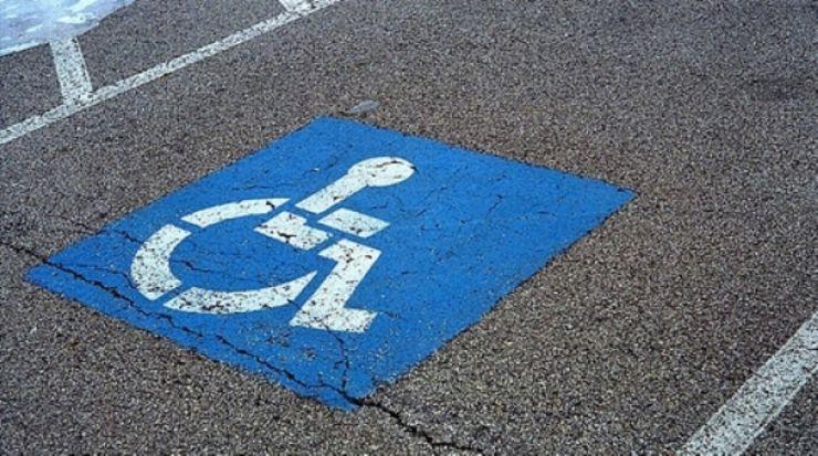 Peste 100 de locuri de parcare amenajate de Primărie pentru persoanele cu dizabilităţi