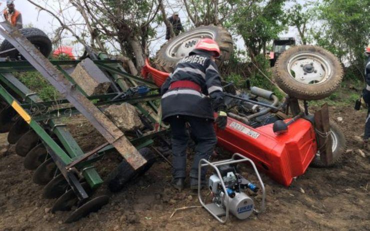 Un bărbat a murit strivit de tractor