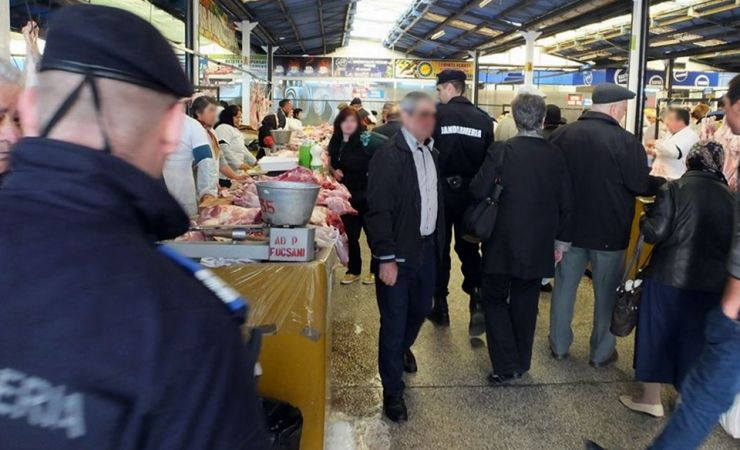 Razie a jandarmilor în piețe. Țigări de contrabandă ascunse în toaletă