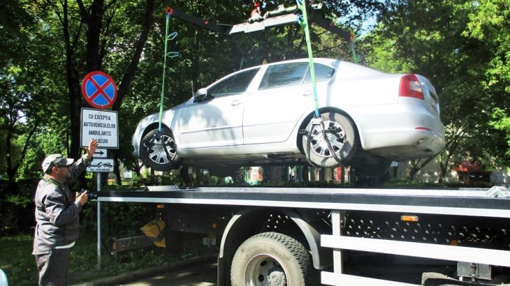Mașină parcată pe locul ambulanțelor, ridicată din fața Spitalului Județean