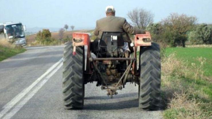 Beat, a ieşit cu tractorul pe şosea