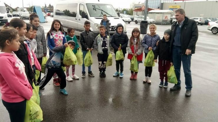 Greviștii de la Electrolux au oferit pachete pentru copiii sărmani din Satu Mare