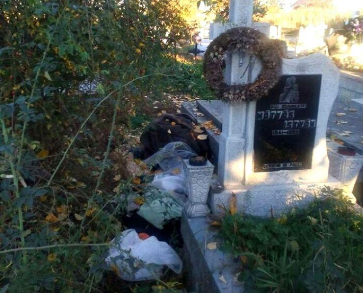 Un bărbat trăiește printre morminte. Mănâncă pe morminte și își atârnă lenjeria intimă de cruci