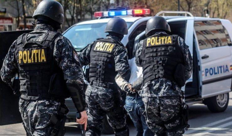 Peste 60 de persoane din Tiream, legitimate de mascați