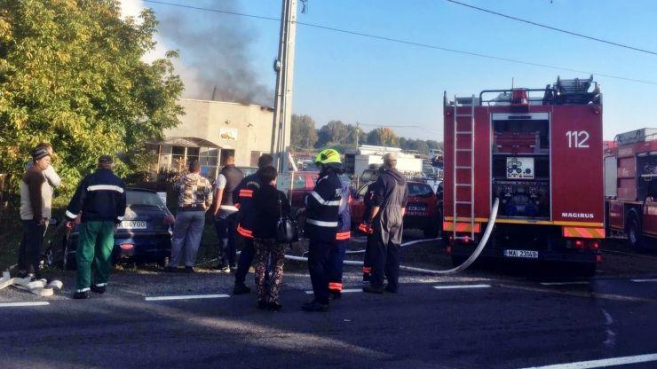 Incendiu puternic la un depozit de anvelope din Ciuperceni