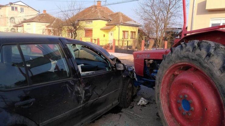 Un bătrân din Săuca, fără permis, a intrat cu tractorul într-o mașină