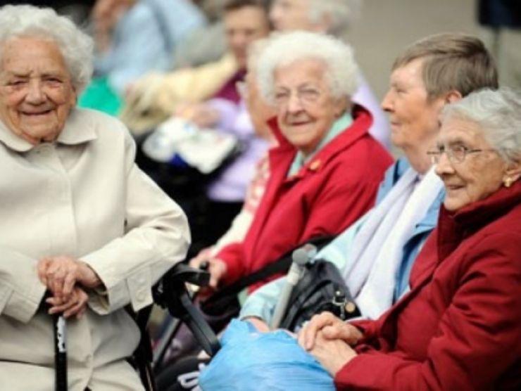 Spectacol-cadou pentru vârstnicii din Carei