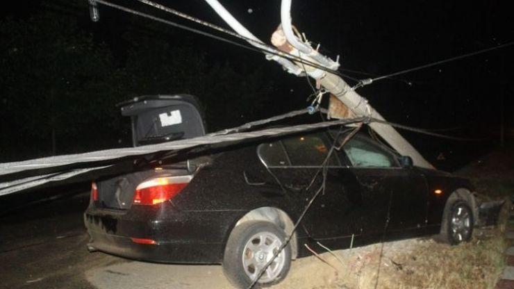 Un şofer din Negrești Oaș a intrat cu maşina într-un stâlp