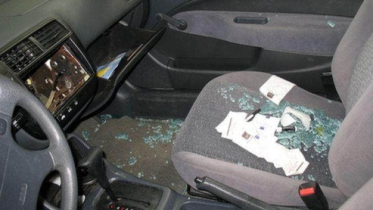 A spart o mașină, apoi o locuință. Tânărul de 18 ani a fost reținut de polițiști