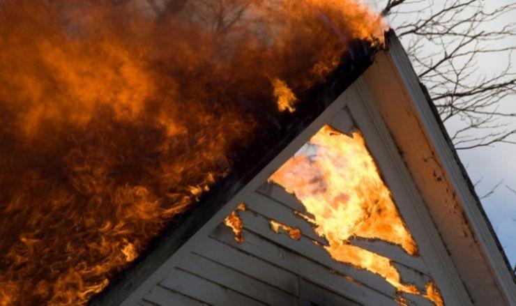 O casă din Ardud a luat foc. Proprietarul a ajuns la spital cu arsuri pe față și pe mâini
