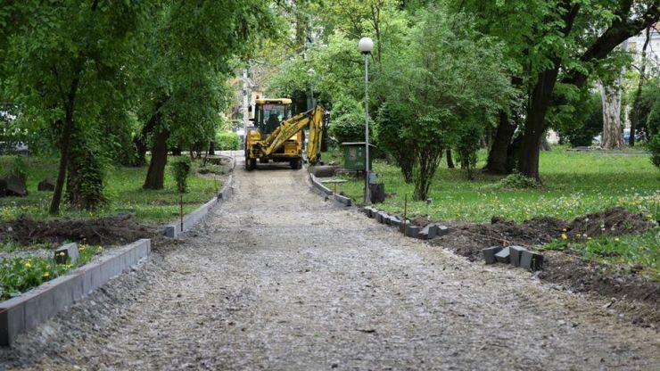 FOTO. Au început lucrările de reabilitare a aleilor pietonale din Grădina Romei