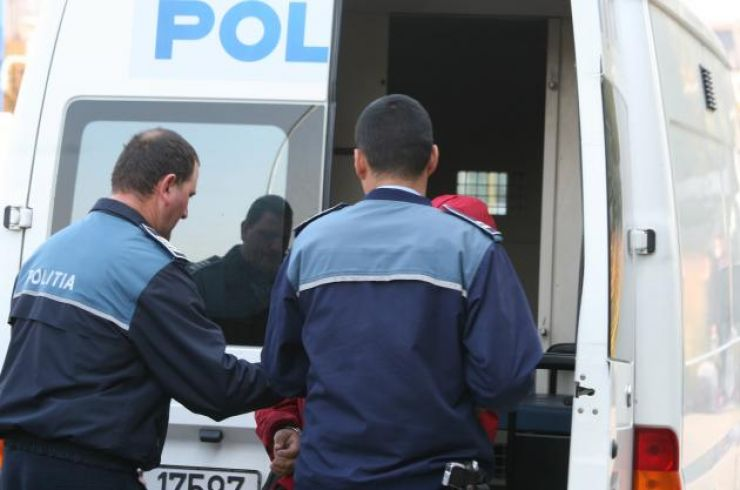 Prinși de polițiști în timp ce furau un motocultor