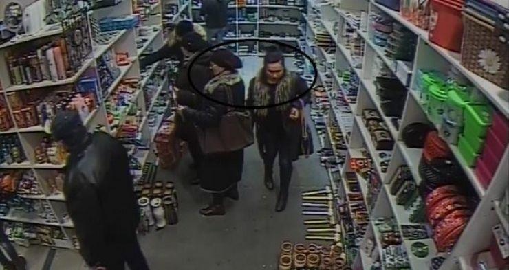 Bătrână prădată de două femei, în timp ce se afla la cumpărături