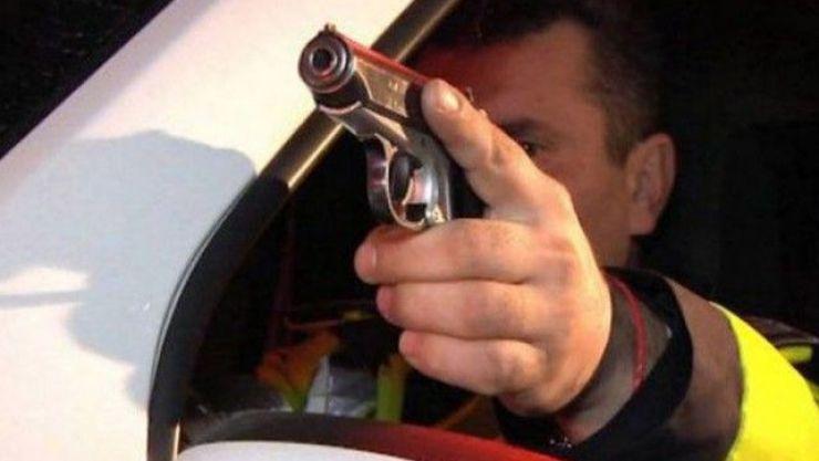 Patru focuri de armă pentru oprirea unui șofer beat