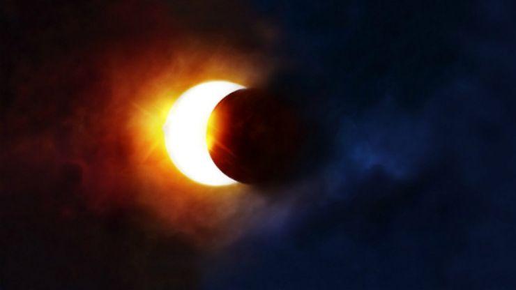 Luna oferă astăzi spectacolul unei eclipse parțiale vizibile și din România