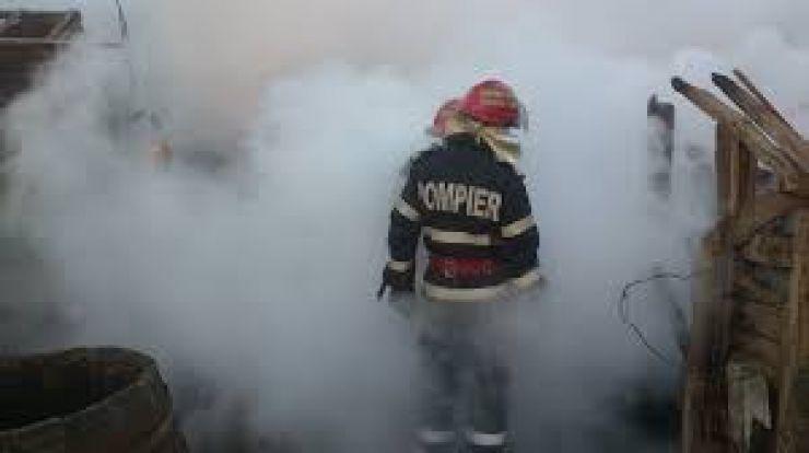 Persoane intoxicate cu fum, în urma unui incendiu izbucnit la o casă