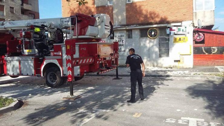 Tencuiala de pe fațada unui bloc a căzut. O conductă de gaz și mai multe mașini, avariate