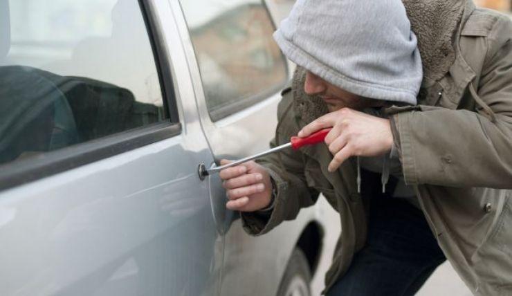 Tânăr de 20 ani din Satu Mare prins în timp ce fura din maşinile parcate pe o stradă din oraş