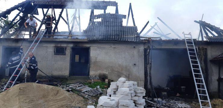 Anexe gospodărești cuprinse de flăcări în Oar și Târșolț