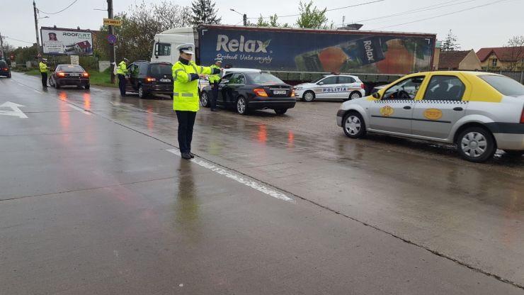 Poliţiştii rutieri acţionează pentru dirijarea și fluidizarea traficului