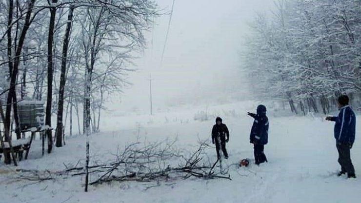 Ultimă oră. Locuitorii din comuna Bârsău au curent electric, după mai bine de trei zile