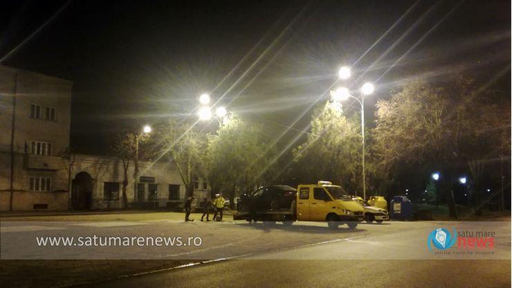 O mașină a intrat într-un stâlp de pe platoul din fața Muzeului Județean