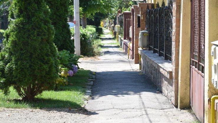 Două trotuare intră în reparații, după mai bine de 60 de ani