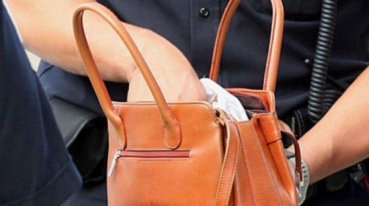 Hoață prinsă de polițiști, după ce a furat o geantă de pe terasa unui bar